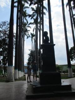 """In elke stad in het centrum een plein ter nagedachtenis aan de stichter van het land """"Simon Bolivar"""""""