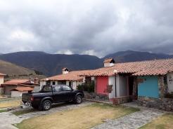 Geparkeerd voor ons appatement op Posado Muros de Tadeo